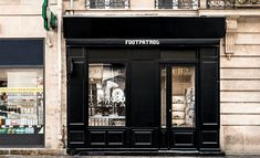 May saw the arrival of UK-based Footpatrol in Paris. The cult London sneaker store has set up at 45 rue du Temple, in a location previously occupied by Supra. Rue Du Temple, Paris Store, Infinity Mirror, Retail Experience, Sneaker Stores, Shop Fronts, New Paris, Environment Design, Hospitality Design
