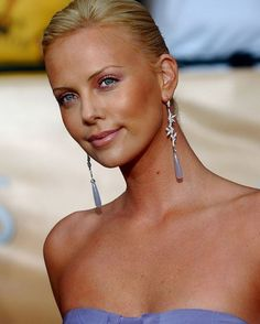 Charlize Theron Looks Totally Different with Baby Bangs - Celebrities Female Jackson Theron, Fake Bangs, Mighty Joe, Atomic Blonde, Classic Beauty, Most Beautiful Women, Straight Hairstyles, Movie Stars, Dame