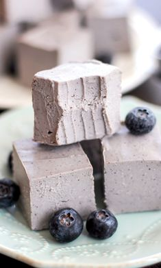 Healthy Raw Blueberry Coconut Fudge (refined sugar free, low carb, gluten free, vegan) - Healthy Dessert Recipes at Desserts with Benefits Healthy Vegan Desserts, Raw Desserts, Sugar Free Desserts, Healthy Food, Paleo, Healthy Recipes, Raw Recipes, Healthy Brain, Vegan Snacks