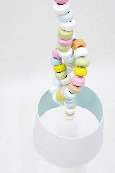 Het snoer van deze lamp van ontwerpster Kirsten Overbeck lijkt op een ouderwetse snoepketting