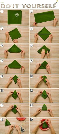 Пошаговая инструкция как из салфетки сложить елочку на праздничный стол.