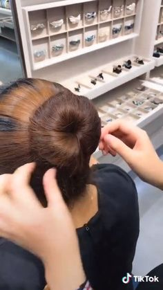 SUPER EASY ELEGANT BUN TUTORIAL - Diese Frisur ist so einfach und doch so elegant - hairstyles long for long long hairstyles hair braids hair curls hair cut with layers hair ideas hair styles hair volume long hair Hair Upstyles, Long Hair Video, Easy Hairstyles For Long Hair, Natural Hairstyles, Hair Videos, Hairstyles Videos, Braided Hairstyles, Hair Looks, Hair Inspiration