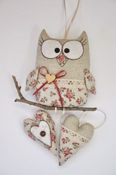 Handmade floral owl and hearts with fabric. Hobbies And Crafts, Diy And Crafts, Arts And Crafts, Fabric Crafts, Sewing Crafts, Sewing Projects, Owl Patterns, Sewing Patterns, Felt Owls