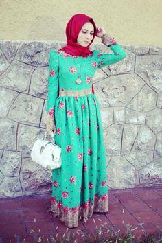 Yeşil kırmızı çiçek desenli tesettür elbise Kübra Biriktir özel tasarımı olup yazı tasvir etmektedir. Tesettür elbisenin boyu 145 cm olup, yazlık ipekli kumaştır.