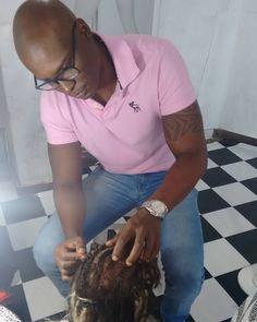 E quem disse que curso de Mega Hair é Só para Mulheres?  Aqui não temos Preconceito os Homens são muito Bem Vindos! Esta é a foto do meu Aluno (Junior)super concentrado Trançando para fazer o Entrelace.... Parabéns Junior . #copacabanamegahair #cursomegahairrj  #cursomegahaircopacabana #paraeles #paraelas #sempreconseito #homem #cursonanihairplus #nanihairplus #negros #negras #negrasnopoder #poderosa #vemcomigo #povodobem #ensinando #feliz #felicidade #adoro #blog #love #queromais…