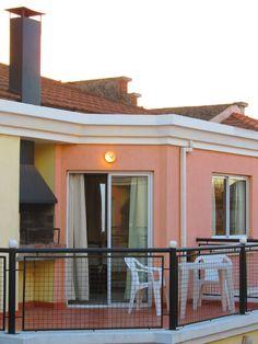 Todas las cabañas tienen parrilla individual, los dptos de 4 personas, la tienen en la terraza
