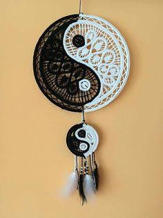 Yin and Yang Dream Catcher Beautiful Dream Catchers, Dream Catcher Art, Doily Patterns, Macrame Patterns, Diy Dream Catcher Tutorial, Point Lace, Macrame Projects, Bobbin Lace, Yin Yang