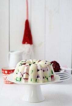 Gelatina de Navidad Use red and green colored jello. For the white use one liter of condensed milk and real gelatine. Super Easy and it looks so beautiful Merry Christmas, Christmas Brunch, Christmas Goodies, All Things Christmas, Christmas Time, Holiday Treats, Christmas Treats, Christmas Baking, Holiday Recipes