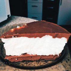 Девочки, вы можете поверить, что на 100 гр этого тортика всего 76 кк?!😱 Это мой фаворит😍 Белки-8, углеводы-6,жиры-2, если соблюдать рецептуру. Вот он ппптичьемолоко by @mumlera Нам надо: ✔ 4 белка ✔ 3 ст л какао ✔ 2 стакана молока ✔ 40 гр желатина ✔ стевия ( у меня был мед) Приготовление: ✔ Замачиваем желатин в 2 стаканчиках, в каждом по 20 гр ✔ Варим какао. смешиваем какао с молоком и варим 5 мин после закипания ✔ подогреваем, но не кипятим желатин в первом стакане. Выливаем к какао ✔ В…