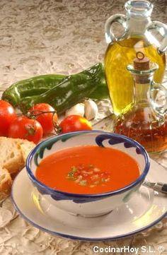 Original gazpacho andaluz,  Todo crudo y triturado.Tomate, ajo, pepino, aceite de oliva. Buenísimo.