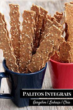 Palitos integrais com gergelim, linhaça e chia - Você vai se apaixonar por esses palitinhos saudáveis, ricos em fibras e simplesmente deliciosos. Você pode usar as sementes que mais gosta e criar a sua versão, você também pode adicionar ervas desidratadas, pimenta e muito mais. Faça esses biscoitos salgados integrais na sua casa. A receita é fácil, eles são assados e perfeitos para um lanche saudável. Sweet Recipes, Vegan Recipes, Vegan Junk Food, Vegan Sushi, Snacks Saludables, Good Food, Yummy Food, Vegan Restaurants, Healthy Cookies