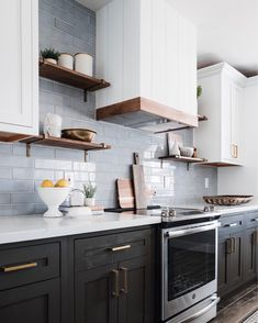 Kitchen Redo, Home Decor Kitchen, Kitchen Interior, Home Kitchens, Kitchen Dining, Kitchen Remodel, Two Tone Kitchen Cabinets, Kitchen Ideas, Refacing Cuisine