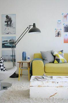 canapé jaune, lampe pour lire noire a poser, décoration murale