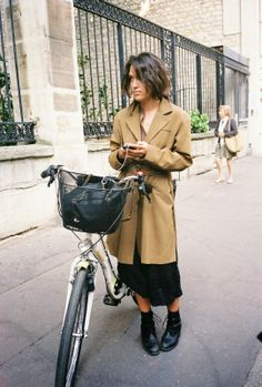 trench coat & boots #style #fashion Jeanne Damas, Bike Style, Style Me, Boots Style, Louise Damas, Cycle Chic, Mode Inspiration, Casual Chic, Dress To Impress