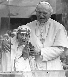 Mother Teresa joins Pope John Paul II in the Popemobile on his 1986 visit to Calcutta. The Pope used Mother Teresa as a spokesperson for papal causes. Saint Jean Paul Ii, Pape Jean Paul Ii, St John Paul Ii, Saint John, Paul 2, Papa Juan Pablo Ii, Saint Teresa Of Calcutta, Saint Chapelle, Mother Teresa Quotes