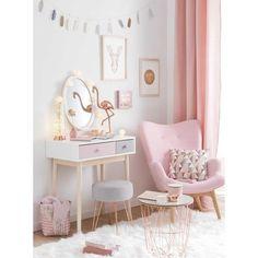 Dans la chambre d'ado, le coin bureau sert aussi de coiffeuse et la couleur à l'honneur est le rose pastel