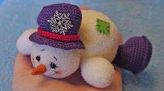 Amigurumi Snowman-Free Pattern Click the link for a free pattern. Abbreviations CA - amigurumi ring RLS - bar without nakida Ex - increase (of 1 loop knit K - ubavka ( Crochet Snowman, Crochet Christmas Ornaments, Christmas Crochet Patterns, Holiday Crochet, Christmas Knitting, Christmas Snowman, Crochet Gratis, Crochet Amigurumi, Crochet Dolls