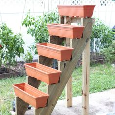 Jardim Vertical – DIY * Decoration and Invention *: Vertical Garden – DIY Diy Garden, Garden Projects, Garden Landscaping, Planter Garden, Garden Farm, Diy Projects, Planter Boxes, Garden Web, Plastic Planter