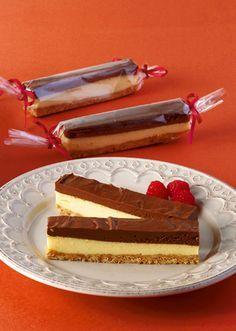 チョコムースとチーズケーキの2層仕立て!マーブル模様が華やぎを添えます。 ■材料 フィラデルフィアクリームチーズ 200g ビスケット 60g 溶かしバター(食塩不使用) 40g 砂糖 30g 生クリーム 40g 溶き卵 1個 レモンの絞り汁 小さじ1 薄力粉 小さじ4 チョコレート 80g 生クリーム 40g 粉ゼラチン 3g 冷水 15cc ■作り方 ビスケットを型に敷き詰め、その上にチーズケーキの生地を流し込んでオーブンで焼きます。粗熱が取れたらチョコレートムースを流し込み、冷蔵庫で冷やし固めます。