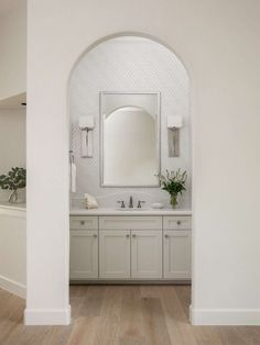 Secondary bathrooms need love too! Check out these simple but beautiful, secondary bathrooms. Carla Aston, Designer | Colleen Scott, Photographer Shower Floor Tile, Glass Shower, Shower Tub, Guest Bathrooms, Upstairs Bathrooms, Luxury Toilet, Jack And Jill Bathroom, New Toilet, Have A Shower