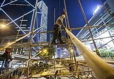 14-Oct-2014 6:11 - POLITIE HONGKONG VERWIJDERT WEER BARRICADES. De politie in Hongkong heeft dinsdag opnieuw barricades verwijderd van actievoerders die meer democratie eisen. Agenten gebruikten kettingzagen en ander gereedschap om de versperringen te weg te halen, zei een getuige. Volgens de autoriteiten diende de operatie om de verkeershinder terug te dringen.