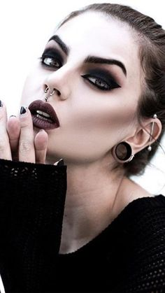 Dark Witch Makeup Halloween Makeup Dark witch makeup _ dunkles hexen make-up _ maquil Witchy Makeup, Punk Makeup, Glam Makeup, Makeup Inspo, Makeup Inspiration, Gothic Eye Makeup, Makeup Ideas, Sleek Makeup, Makeup Kit