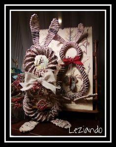 Conigli pasquali in carta di quotidiano intrecciata Christmas Wreaths, Holiday Decor, Home Decor, Decoration Home, Room Decor, Home Interior Design, Home Decoration, Interior Design