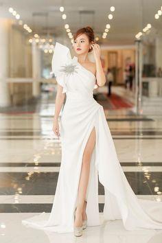 Petite Dresses, Trendy Dresses, Grey Prom Dress, Dress Up, White Fashion, Asian Fashion, Couture Dresses, Bridal Dresses, Dress Outfits