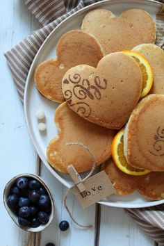 Pancakes cuoricini senza uova senza lattosio senza burro Pancakes, Sunrise, Cookies, Breakfast, Desserts, Shape, Crack Crackers, Tailgate Desserts, Biscuits