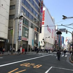 Sunday Shinjuku during the three day weekend : quiet outside and crowded inside shops
