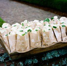 petals and leaves in kraft paper bags http://weddingwonderland.it/2015/08/15-dettagli-in-carta-kraft-da-copiare.html