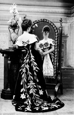 Nadar, The Comtesse de Greffulhe in her Worth gowns, c.1900. What a gorgeous gown!