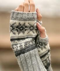 Stjerneskog / DROPS - Free knitting patterns by DROPS Design, DROPS - wrist warmers with Norwegian pattern - free oppskrift by DROPS Design. Drops Design, Fair Isle Knitting, Knitting Socks, Loom Knitting, Crochet Mittens, Knit Crochet, Crochet Gloves, Crochet Granny, Knit Cowl