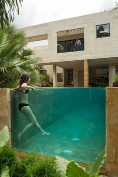 I'm in love with this pool! Completed in 2017 in Medellin, Colombia. Images by Isaac Ramírez Marín. For the conception of the house, an enclosure of a central patio is used, which is surrounded by the domestic program: Common areas, studies and. Piscina Hotel, Moderne Pools, Swiming Pool, Dream Pools, Outdoor Pergola, Pergola Ideas, Swimming Pool Designs, In Ground Pools, Pool Houses