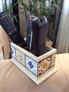 Porta controle remoto, pode ser também p colocar celular, organizar , e decorar o seu ambiente.Pintado à mão, imitando azulejo hidráulico. Pode ser feito na cor que desejar. <br>O valor é o produto + o frete.