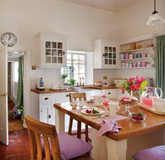 Cocina blanca en una casa de campo inglesa.