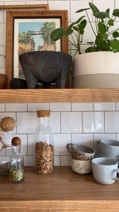 Kitchen Shelf Decor, Kitchen Shelves, Diy Kitchen, Kitchen Countertop Decor, Floating Shelves Kitchen, Open Shelves, Kitchen Room Design, Modern Kitchen Design, Kitchen Interior
