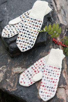 The interesting colourwork mosaic is achieved with a combination of Novita 7 Veljestä Polaris and Novita 7 Veljestä yarns. Fair Isle Knitting, Free Knitting, Knitting Socks, Knitting Wool, Crochet Mittens, Fingerless Mittens, Loom Knitting Patterns, Knitting Tutorials, Wrist Warmers