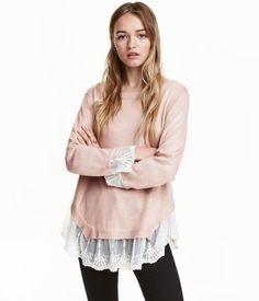 Altrosa. Pullover aus weichem Feinstrick. Der Pullover hat einen tiefen V-Ausschnitt im Rücken mit Bändchen im Nacken. Lange, asymmetrische Ärmel mit