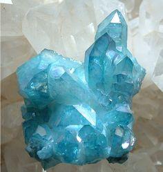 Agua aura (cristal artificial creados a partir de un cristal de cuarzo natural y se le somete a una infusión de Oro)