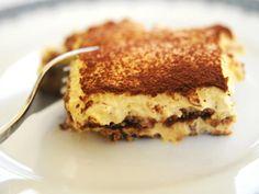 """Tiramisú: meu doce favorido: biscoitos chamados de """"savoiardi"""" molhados no café, uma crema doce de mascarpone, ovos e açucar. encima, pó de cacao! :)"""