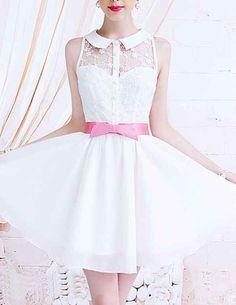 La forma en que el moño rosado acentúa perfectamente el vestido.