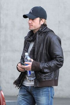 Keith Urban Keith Urban, wearing an Air Jordan baseball hat and carrying a bottle of Smart Water, leaves his apartment building and hops into a waiting SUV.