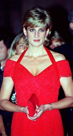 Diana, Princess of Wales, wearing a red dress designed by Catherine Walker, attends a dinner in her honour on November 1995 in Argentina. Get premium, high resolution news photos at Getty Images Princess Diana Fashion, Princess Diana Photos, Princess Diana Family, Princess Of Wales, Lady Diana Spencer, Princesa Diana, Lace Evening Dresses, Evening Gowns, Pippa Middleton