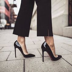 Estiletos negros fondo de armario elegancia a tus pies