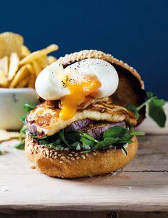 Aubergine and halloumi burger with soft egg and potato crisps Potato Crisps, Halloumi, Veggie Dishes, Hot Dogs, Hamburger, Fresh Egg, Vegetarian Recipes, Recipies, Vegetarische Rezepte