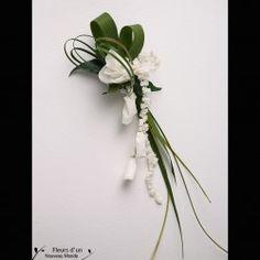 Pour le marié ou vos invités choisissez une boutonnière délicate et élégante pour parfaire leur tenue de cérémonie. Réalisée en fleurs naturelles sublimées