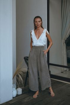 Wide Leg Pants Street Style, Pampelone Clothing, Elements Of Style, Wide Pants, Workout Pants, Get The Look, Vintage Inspired, Clothes For Women, Model