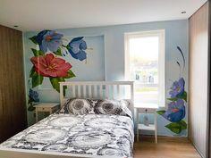Wallflower+:+Muurschildering+van+bloemen+op+een+slaapkamer. Met+dromerige+blauwe+achtergrond. Www.verfdokter.com+|+verfdokter