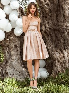 Якщо вам дісталася роль подружки нареченої, кращого вбрання для такого випадку не знайти! Розшита пайєтками жакардова сукня-бюстьє має приголомшливий вигляд і формує спокусливі пропорції. Завдяки розкльошеній спідниці з глибокими складками талія буде здаватися тоншою, а стегна ширшими.  Вам знадобиться: